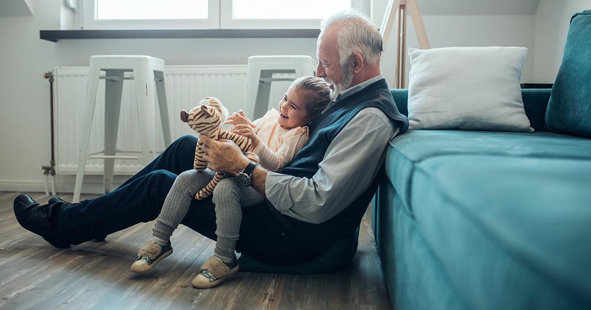 Szczęśliwy dziadek bawiący się z wnuczką