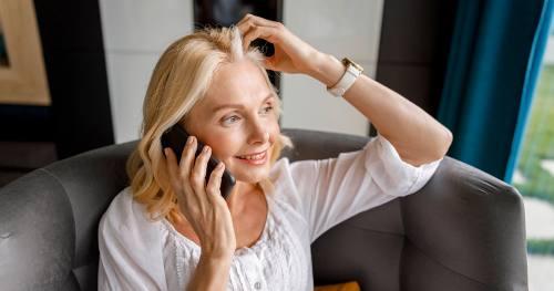 Kobieta zainteresowana zakupem ubezpieczenia na życie dzwoni do konsultanta