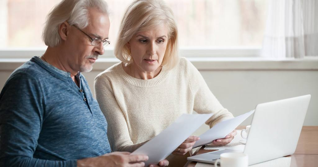 Małżeństwo zastanawia się nad zakupem ubezpieczenia na życie