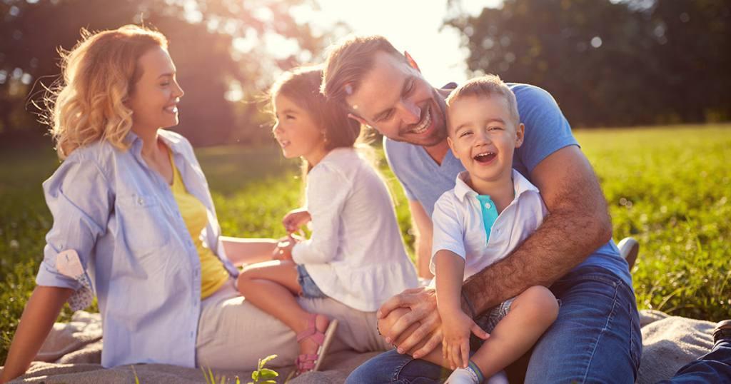 Szczęśliwa czteroosobowa rodzina w parku