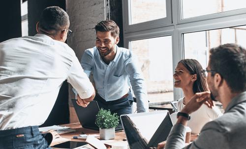 Partnerzy biznesowi omawiają warunki współpracy