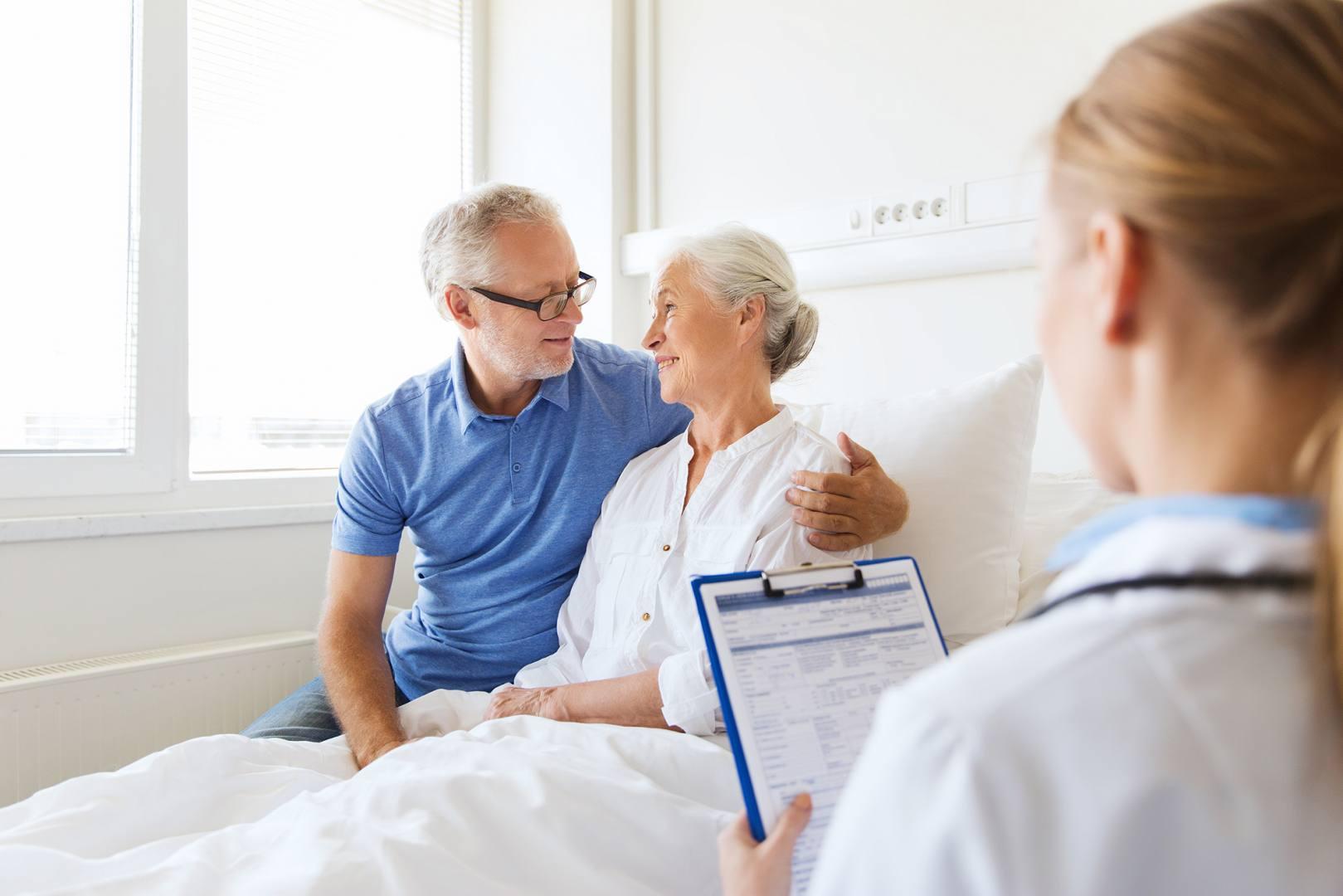 Mężczyzna towarzyszy kobiecie w szpitalu podczas rozmowy z lekarz prowadzącą