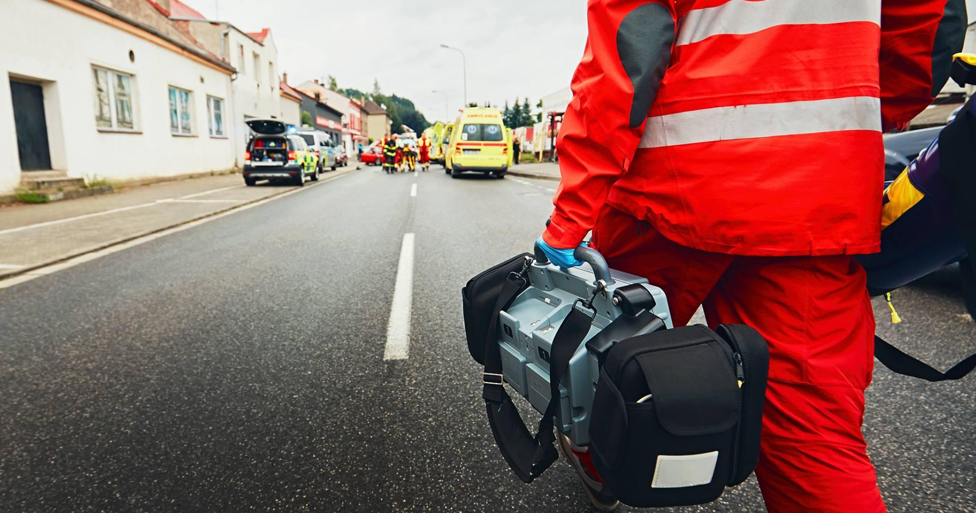 Wyposażony w profesjonalny sprzęt ratownik udaje się na miejsce wypadku