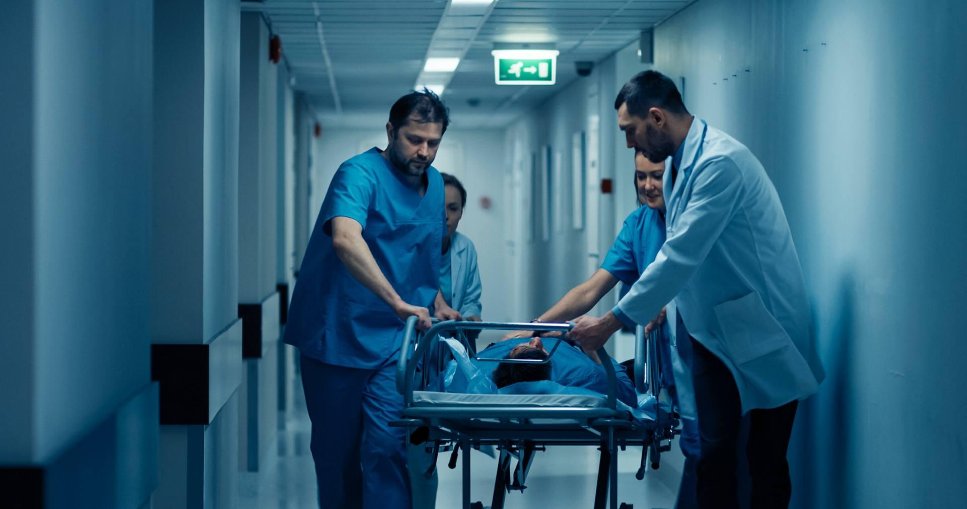Lekarze wiozą pacjenta na salę