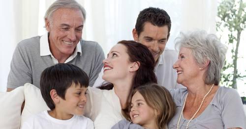 Ubezpieczona rodzina spędza razem miło czas