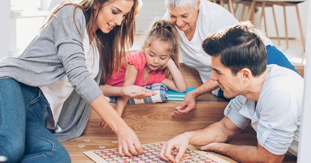 Rodzina gra w popularną grę planszową