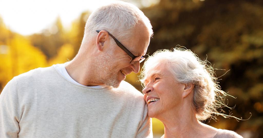 Szczęśliwe starsze małżeństwo spokojne o swoją przyszłość