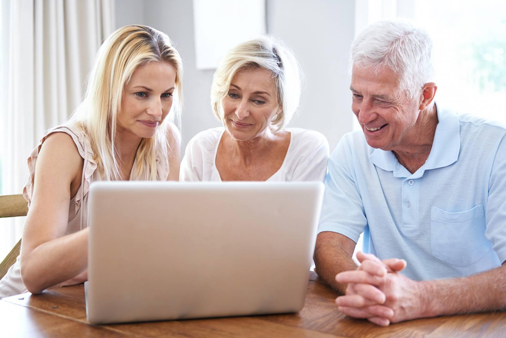 Kobieta pokazuje rodzicom dostępne polisy ubezpieczeniowe