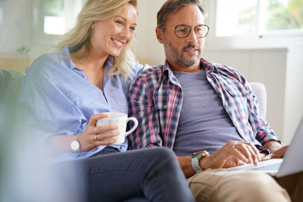 Szczęśliwe małżeństwo sprawdzające opcje ubezpieczenia na życie