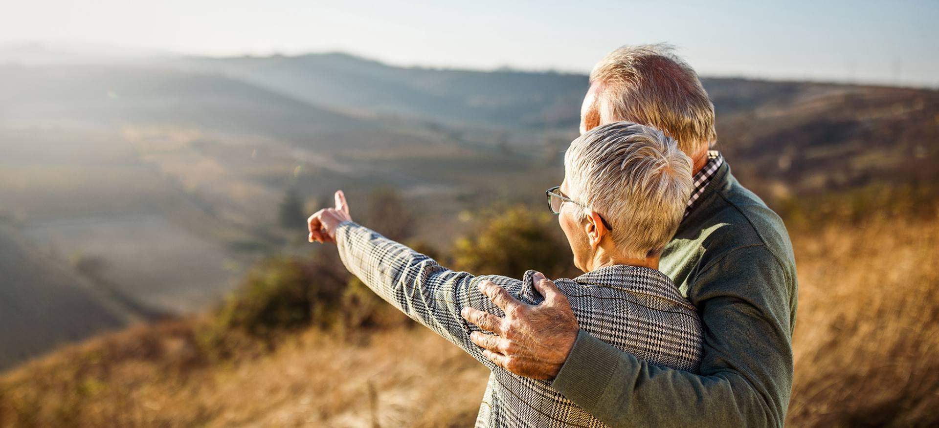 Ubezpieczone małżeństwo spogląda na pejzaż podczas spaceru