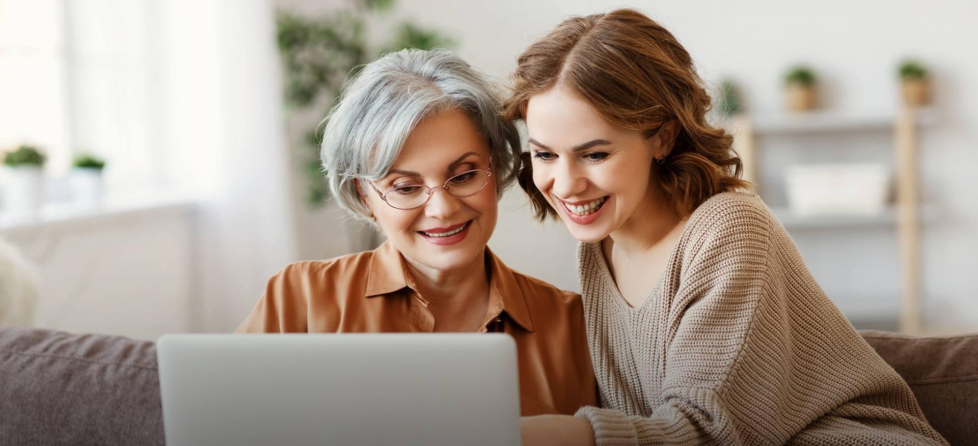 Młoda kobieta pomaga mamie wybrać najlepsze ubezpieczenie na życie