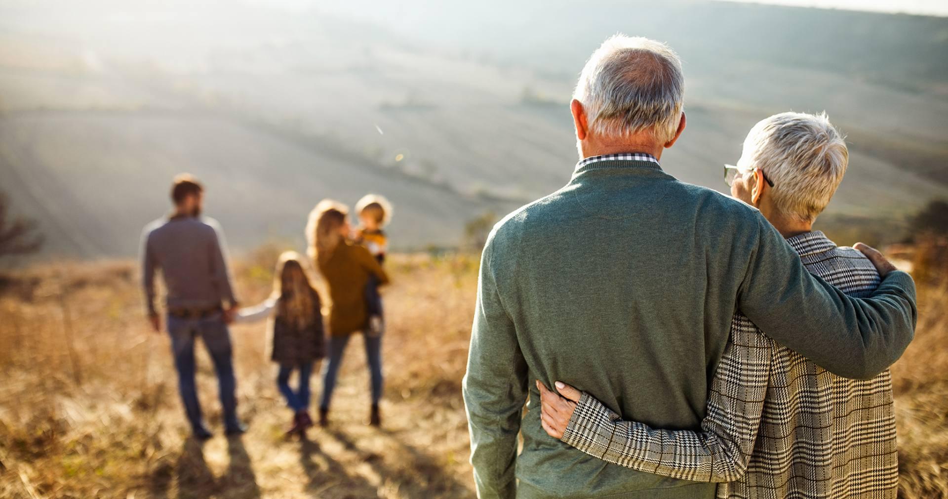 Spokojne o przyszłość bliskich starsze małżeństwo przygląda się małżeństwu i wnuczkom
