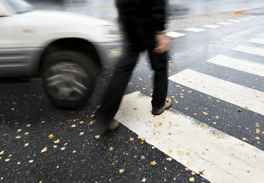 Przechodzień wchodzi na pasy prosto pod nadjeżdżający szybko samochód